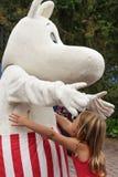Moominmamma en meisje die in moominpark omhelzen stock afbeelding