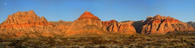 Moon über roter Felsen-Schlucht, Nevada bei Sonnenaufgang Stockbild