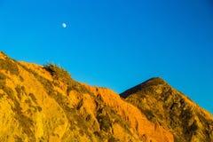 Moon acima das rochas no parque estadual de Pfeiffer, Big Sur, Califórnia imagem de stock royalty free