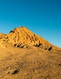 Moon acima do pico de montanha no Vale da Morte, Califórnia, EUA Imagem de Stock