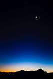 Moon auf dem dunkelblauen Himmel Lizenzfreie Stockbilder