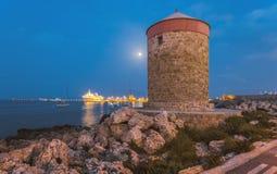 Moon con un mulino nel porto turistico Isola di Rodi La Grecia Fotografia Stock Libera da Diritti
