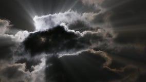 Moon das Glänzen über Fetzen der dunklen Wolken - Strahlen stock video