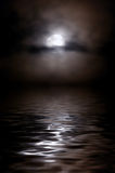 Moon in den Wolken über einem nächtlichen See, ist eine Mondstraße stockbilder