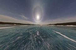 Moon l'alone nel cielo notturno sopra il ghiaccio del lago Baikal P stereografica Fotografia Stock