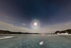 Moon l'alone nel cielo notturno sopra il ghiaccio del lago Baikal P stereografica Immagini Stock Libere da Diritti