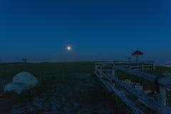 Moon l'aumento al picco di Pizzoc, prealps veneziani Fotografia Stock Libera da Diritti