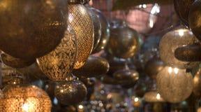 Moon le tonalità a forma di nelle ombre dei mercati orientali Immagine Stock