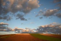 Moon no céu, nuvens, campo arado, mola, paisagem, rural Imagens de Stock