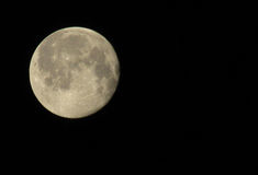 Moon o close-up contra um céu escuro para a inscrição imagens de stock