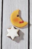 Moon o fim dado forma da estrela da cookie e da canela acima da vista elevado no fundo de madeira Imagens de Stock