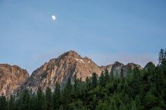 Moon sobre montanhas e floresta no Karwendelgebirge fotos de stock royalty free