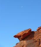 Moon sobre o arenito vermelho perto do hidromel do lago, Nevada. Imagens de Stock Royalty Free