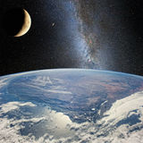 Moon sobre a terra, no fundo da Via Látea Elementos desta imagem fornecidos por NASA http://www NASA gov/ Imagem de Stock