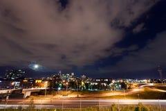 Moon som stiger ovanför den Denver Colorado horisonten royaltyfri fotografi