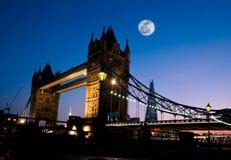 Moon sopra il ponticello di Londra Fotografie Stock