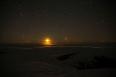 Moon sopra le nuvole in montagne, spazio cosmico Immagini Stock Libere da Diritti