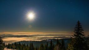 Moon und SternZeitspanne in den Karpatenbergen stock footage