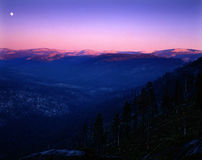 moonberg över stigningstoppig bergskedja arkivbilder