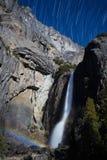 Moonbow y los rastros de la estrella en Yosemite bajan caídas Fotos de archivo