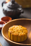 Mooncake και τσάι, κινεζικό μέσο φεστιβάλ φθινοπώρου Στοκ Εικόνες