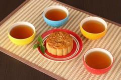 Mooncake и красочная чашка чаю стоковое фото rf
