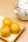 Mooncake и чайник стоковая фотография