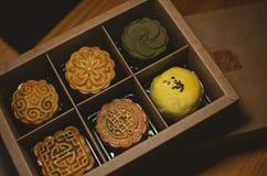 Mooncake традиционного китайского испеченный молодым шеф-поваром стоковая фотография