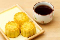 Китайские традиционные mooncake и чай стоковое изображение rf