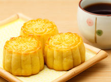Mooncake и чай стоковая фотография