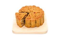 Mooncake auf hölzerner Platte für das chinesische mittlere Herbstfestival Stockfotos