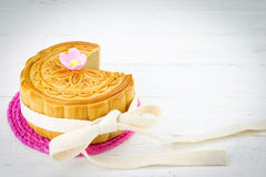 Mooncake chinês decorado no fundo de madeira branco Fotos de Stock Royalty Free