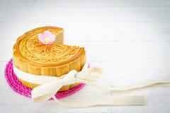 Mooncake chinês decorado no fundo de madeira branco fotos de stock royalty free