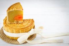 Mooncake chinês decorado no fundo de madeira branco fotos de stock