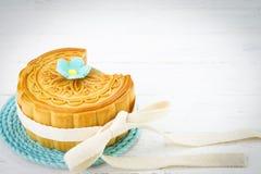 Mooncake chinês decorado no fundo de madeira branco fotografia de stock royalty free