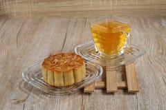 Mooncake con il tè del crisantemo fotografia stock libera da diritti