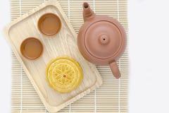 Mooncake con té en el fondo blanco Fotos de archivo