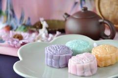 Mooncake de la piel de la nieve con el pote del té en fondo Imagen de archivo