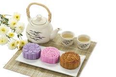 Mooncake drei mit Tee lizenzfreie stockbilder