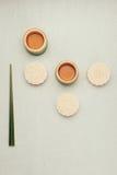 Mooncake e chá, alimento meados de chinês do festival do outono Opinião de ângulo de cima de Foto de Stock