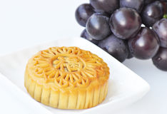 Mooncake e uvas Fotografia de Stock Royalty Free
