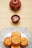 Mooncake et thé chinois Photographie stock libre de droits