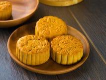 Mooncake för kinesiska mitt- höstfestivalfoods. Det kinesiska ordet Arkivfoto