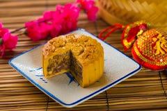 Mooncake för kinesiska mitt- höstfestivalfoods. Det kinesiska ordet Royaltyfria Bilder