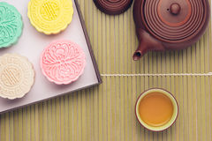 Mooncake och te, kinesisk mitt- höstfestivalmat arkivbild