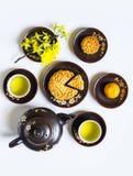 Mooncake och te, mat och drink för kinesisk mitt- höstfestival bakgrund isolerad white arkivfoton