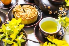 Mooncake och te, mat och drink för kinesisk mitt- höstfestival bakgrund isolerad white royaltyfri bild