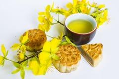 Mooncake och te, mat och drink för kinesisk mitt- höstfestival bakgrund isolerad white arkivbild