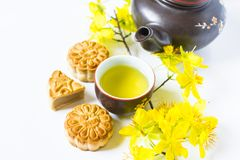 Mooncake och te, mat och drink för kinesisk mitt- höstfestival bakgrund isolerad white arkivfoto