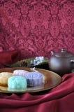Mooncake-Platte auf rotem Satin-Hintergrund Lizenzfreies Stockbild